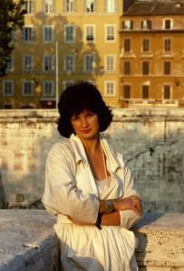 Gabriella Sica, a Roma, negli anni Ottanta nei pressi di Ponte Sisto e della sua abitazione in vicolo del Bologna, in una foto di Toni Garbasso