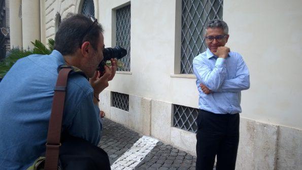 Gazmend Kapllani davanti all'obbiettivo del fotografo Rino Bianchi dalle parti di piazza Farnese.